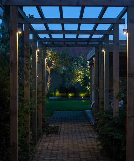 WALL CUBID S INTEGRATED NERO L INTEGRATED DB-LED (WW) S De colonnade verbindt de twee gedeeltes in de tuin met elkaar.
