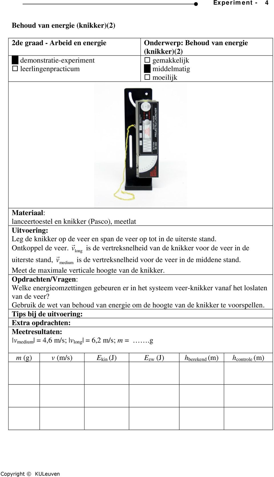 v r long is de vertreksnelheid van de knikker voor de veer in de uiterste stand, v r medium is de vertreksnelheid voor de veer in de middene stand.