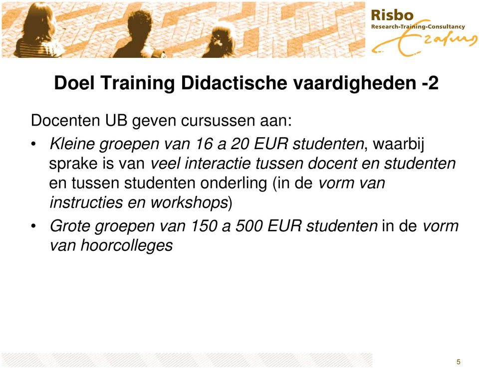 docent en studenten en tussen studenten onderling (in de vorm van instructies en