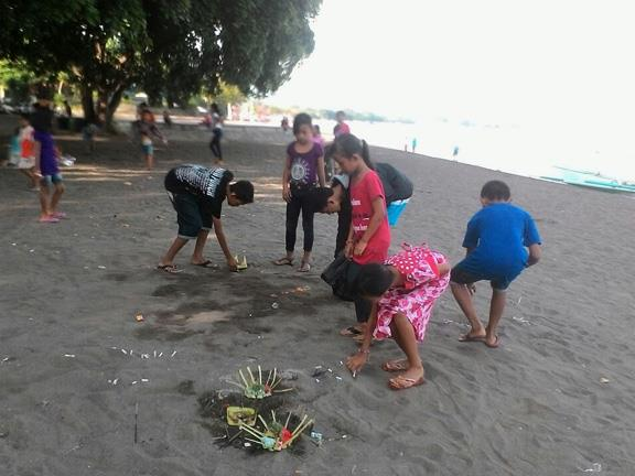 Keep Lovina clean from rubbish On Sunday morning, when the sun is rising on the Eastern horizon, we (Putu Ari, Komang
