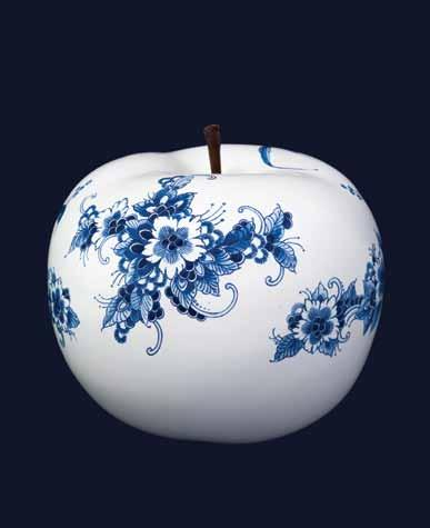 THE SERIES 6 The Series consists of four different sizes (ø 5, 12, 20 and 29 cm) ceramic BULL & STEIN apples with designs by Royal Delft, each exclusively developed for InsideOut Luxury.