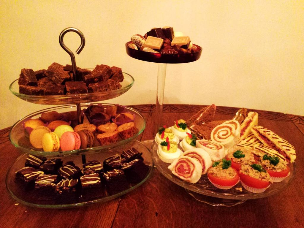 1 Basis High Tea In onze basis High Tea vindt u de volgende lekkernijen: Zoet Hartig Mini brownies Mini cupcakes: naturel, chocolade en gemarmerd Mini cupcakes: Appeltaart Macarons assorti
