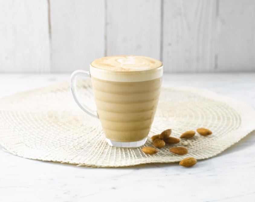 AMANDEL LATTE 200 ml Alpro Almond 'For Professionals' 1 espresso 1. Giet de Alpro Almond For Professionals in een inox melkkannetje. 2. Verhit het product met het stoompijpje tot 60 C en zorg ervoor dat het volume met een derde toeneemt.